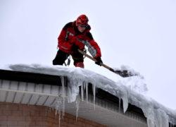 Способы очистки кровли от снега и наледи