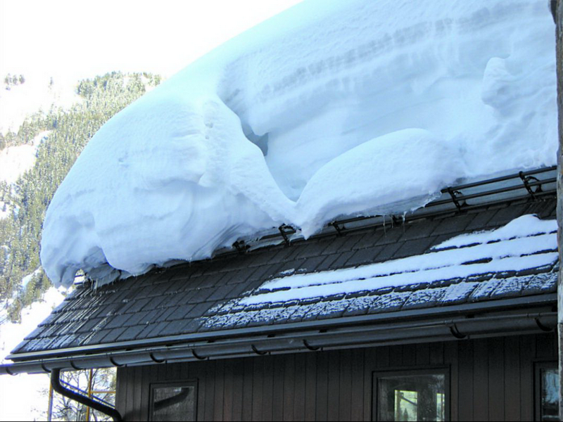Снежный слой на крыше